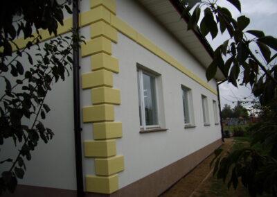Biało-żółty docieplony dom
