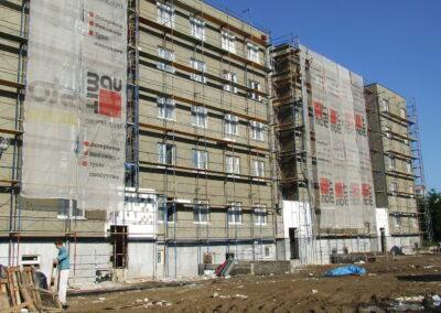 Rusztowanie przy wysokim budynku